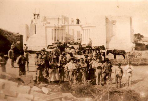 IMATGE DE LA CONSTRUCCIÓ DE L'ESGLÉSIA DE SON CARRIÓ AL 1898